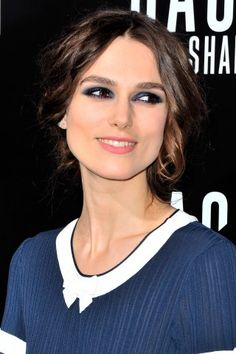 Keira Knightley : Son look sage et chic signé Chanel (Photos) Keira Knightley Maquillage, Keira Knightley Makeup, Chanel Fashion, Fashion Beauty, Beauty Style, Chanel Style, Chanel Watch, Tips Belleza, Fine Hair