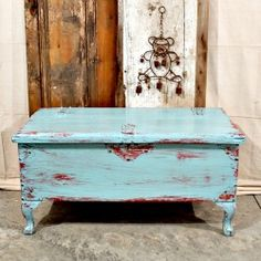 Easy tutorial on distressing  painted furniture using a wet shop cloth! Good to know!