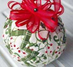 ornement à suspendre boule de Noël en polystyrène enveloppée de tissu à motifs traditionnels et un ruban rouge