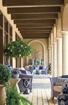Limoni e ceramiche artigianali arredano lo spazio outdoor di casa. #Dalani #Mediterraneo #Living