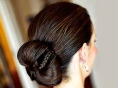 This post gives you amazing ideas about Indian bridal hairstyles. Indian bridal hairstyles look stunning and elegant and are easy to make. Prom Hairstyles For Short Hair, Braided Bun Hairstyles, Bridal Hair Updo, Indian Wedding Hairstyles, Party Hairstyles, Latest Hairstyles, Bride Hairstyles, Hairstyle Ideas, Stylish Hairstyles