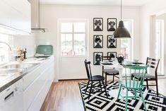 60 Chic Scandinavian kitchen designs for enjoyable cooking If you enjoy cooking in an appealing kitchen and dine surrounded by a cozy ambiance, we have 60 Scandinavian kitchen designs to give plenty of inspiration. Scandinavian Kitchen, Scandinavian Interior, Interior Design Inspiration, Home Decor Inspiration, Kitchen Dining, Kitchen Decor, Kitchen Ideas, Dining Room, Kitchen Handles