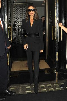 Victoria Beckham Rocks Sunglasses at Night in London - Women's style: Patterns of sustainability Beckham Suit, Posh Beckham, Viktoria Beckham, Victoria Beckham Style, Ladies Of London, Queen Victoria, Everyday Outfits, Casual Looks, Celebrity Style