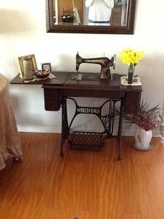 My Great Grandmother's Singer sewing machine Unusual Furniture, Refurbished Furniture, Repurposed Furniture, Shabby Chic Furniture, Old Sewing Machine Table, Antique Sewing Machines, Singer Sewing Tables, Modern Barn House, Door Crafts