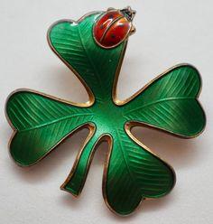 Anheng/Brosje i sølv med grønn og rød emalje - David Andersen Christmas Ornaments, Holiday Decor, Christmas Jewelry, Christmas Decorations, Christmas Decor