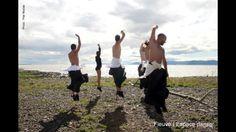 La Baigneuse, un homme et 4 loups venus de la mer.  Création de la compagnie de danse contemporaine professionnelle Fleuve   Espace danse.  Crédit photo : Pilar Marcias