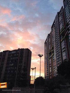 El atardecer se abre paso entre los nuevos edificios de Bucaramanga. Gracias Ricardo Navarro (https://www.facebook.com/julianricardo.navarroandrade) por esta foto #atardecerBUC