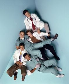 The original cast members of ER pose at a portrait session for Entertainment Weekly Magazine in From top: Noah Wyle, Sherry Stringfield, Anthony Edwards, George Clooney and Eriq La Salle. Best Series, Tv Series, Adult Family Poses, Noah Wyle, Tv Doctors, Nbc Tv, Medical Drama, Great Tv Shows, George Clooney