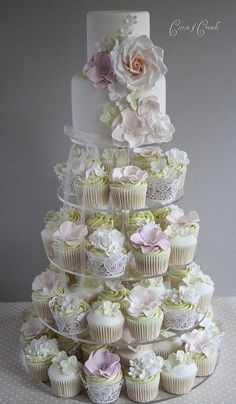 Hochzeitstorte mit Cup Cakes | Wedding Style Guide Image Inspiration: Dessert Table