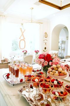 Looking for valentine's decoration ideas for brunch party this Galentine's? Marvel at these Valentine's day decor ideas tocreate the perfect party look. Brunch Mesa, Brunch Buffet, Brunch Drinks, Brunch Food, Healthy Brunch, Brunch Recipes, Mimosa Brunch, Mimosa Bar, Party Recipes