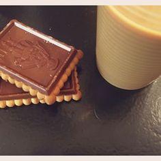 Tremper son biscuit dans du lait froid.   18 moments de bouffe qui font kiffer tous les Français