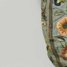 Beurs van lichtblauwe tafzijde versierd met veelkleurig geborduurde bloemen, waartussen enerzijds 'IHS' en anderzijds de gekroonde initialen 'MR', anonymous, c. 1750 - Rijksmuseum