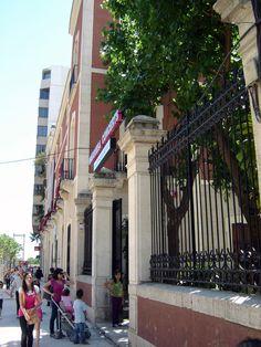 """Maison de la Culture - La Casa de Cultura Marqués González de Quirós et l´Université d´été de Gandia siègent dans ce petit palais.  Ce palais fut construit à la fin du XIX s. par une des familles plus riches et bourgeoises de la ville. Les Vallier Lapeyre d´origine française, s´installèrent à Gandia pour commercialiser et exporter la soie produite à Gandia. Ce palais est populairement connu sous le non de """"la Casa de la Marquesa""""."""
