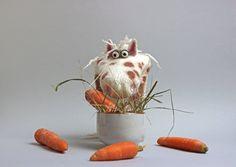 Nscho-Tschi gibt ihre letzte Karotte für gute Geschichten © filzreich.at Puppet Making, Sheep Wool, Puppets, Wool Felt, Planter Pots, Fancy, Horses, Handmade, Hand Puppets