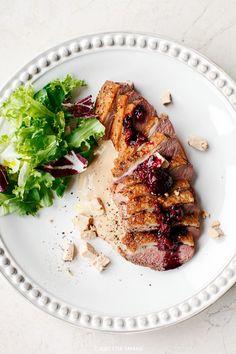 Pierś kaczki na musie foie gras z sosem malinowym