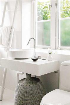 Även i bad-rummet möts olika kulturer med hand-fat från Habitat, korg från Bali och handduksstege fr...