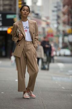 casual suit outfit for young women, khaki suit for women, classic suit for young business professional women, suit style for women Womens Fashion For Work, Look Fashion, Trendy Fashion, Autumn Fashion, Trendy Style, Men Fashion, Fashion Suits, Fashion Tag, Fashion Vintage