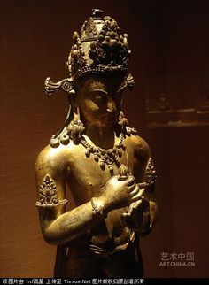 銅鍍金金剛手菩薩像 吐蕃分治時期(9-13世紀) 帕拉風格 這尊像頭戴花冠,頂束高髮髻,面相端莊。上身袒露,下著薄裙,雙肩披帔(音配)帛。帔帛順體側筆直垂下,襯托出身體的修長。衣紋簡略,軀體光潔圓潤、飽滿結實。雙腿站立,雙手在胸前結印,並執金剛杵。秸造型端莊,體態優美,神態沉靜,工藝精湛,是一尊藏傳早期像上乘之作。