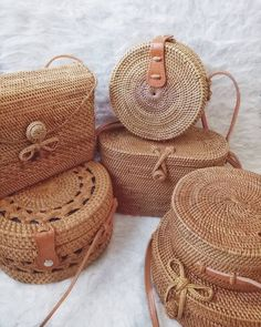 Rattan bags Fall in love with these beauties, the must-have of the season woven … – Bamboo Items My Bags, Purses And Bags, Hippie Stil, Sacs Design, Look Boho, Basket Bag, Cloth Bags, Mode Inspiration, Mode Style