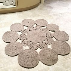 Örgü modelleri  Örgü modelleri Crochet Circles, Crochet Motif, Knit Crochet, Crochet Patterns, Bathroom Baskets, Crochet Carpet, Jute Crafts, Crochet Table Runner, Table Accessories
