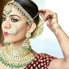 Reposting @sparklemyshaadi: Bridal makeup should bring out the bride's best features and should make her look the most beautiful version of herself. And that's exactly what this bride is.  Bride @anand.amrita Makeup artist @pratishthaarora