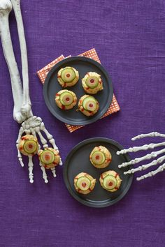 30 Fun and festive Halloween snack ideas that the whole family will love. Try these quick and easy Halloween treats and party food as appetizers for your Halloween get together. These Halloween recipes are perfect for both adults and kids alike! Halloween Snacks, Essen Halloween Party, Muffins Halloween, Halloween Fingerfood, Halloween Party Appetizers, Fingerfood Party, Halloween Dinner, Halloween Festival, Spooky Halloween