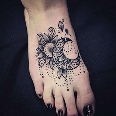 Elegant Foot Tattoo Designs For Women. Foot is a perfect and one of the most stylish placements to have tattoo designs for both men and women of all ages. Neue Tattoos, Bild Tattoos, Moon Tattoo Designs, Tattoo Designs For Women, Henna Designs, Art Designs, Forearm Tattoos, Body Art Tattoos, Tattoo Hip