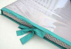 Trocador com capa plástica  - Capa em tecido 100% algodão com ziper  - Capa plástica com acabamento em tecido 100% algodão  - Recheio espuma D23 com forro  Podem ser confeccionados em outras cores e estampas! Consulte abaixo nosso mostruário!