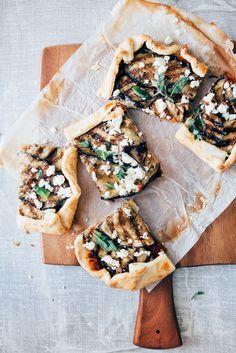 Snel gemaakt deze galette met gegrilde aubergines. Heerlijk met feta, verse kruiden en honing! Zo lekker, om je vinger bij af te likken!