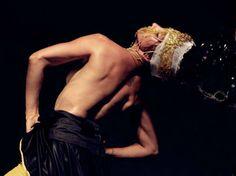Trabalhando com harmonia entre as linguagens, a montagem aposta numa compilação de dança, teatro e poesia em ritmo de folia.