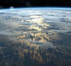 Umbre lungi de mii de kilometri proiectate de către nori pe suprafaţa pământului., 18 fotografii cu adevărat remarcabile care trebuie să fie văzute de toată lumea - (Page 7)