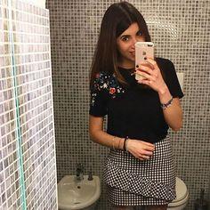 Quando la tua gonna si abbina perfettamente alle mattonelle, non puoi non scattarti un #selfie nel bagno con tanto di bidet come sfondo 😂😂 . . #happy #smile #girl