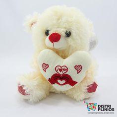 Peluche Corazón Love Manos  Hermoso peluche con diseños bien definidos, con sonido, ideal para un regalo. Medidas en cm: Al 26 An 23 F: 19 cms Para ventas al por mayor comuníquese al 320 3083208 o al 3423674 en Bogotá