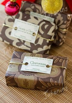 Beautiful printed papers in the same color schemes but different patterns. The punched holes on the labels don't match the sophistication of the wrap. I would suggest using an hole reinforcement that would give it a retro sophistication feel. Handmade Soap Packaging, Handmade Soaps, Gift Packaging, Tarjetas Diy, Soap Packing, Christmas Soap, Savon Soap, Soap Labels, Soap Display
