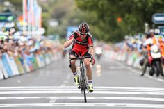 ツアー・ダウンアンダー2014第3ステージ、小さくポーズをとってゴールするカデル・エヴァンス(オーストラリア、BMCレーシングチーム)