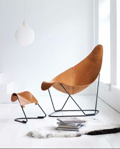 This looks CO comfy especially with the ottoman support to cradle your feet.  Abrazo, design Lars Kerstadius, Cuero Sweden