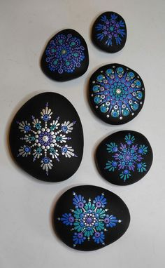 G o'Benness Best Picture For Mandala Painting step by step For Your Taste You are looking for someth Dot Art Painting, Mandala Painting, Pebble Painting, Pebble Art, Stone Painting, Mandala Painted Rocks, Mandala Rocks, Painted Stones, Rock Painting Ideas Easy