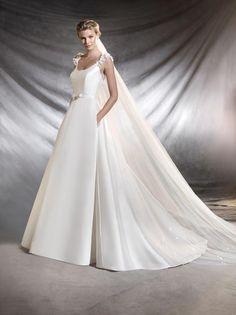 Quando o tecido é nobre, até dispensa as aplicações! Este vestido com corte imperial só precisou de um detalhe nas costas para ficar divino e elegantérrimo.