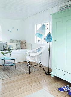 Bolig: Nyt liv i kolonihavehuset Beach Living Room, Beach House Bedroom, Home Bedroom, Home Living Room, Girls Bedroom, Nordic Bedroom, Romantic Cottage, Living Room Remodel, Florida Home
