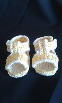 sandali di cotone giallo e bianco. lavorazione ad uncinetto.