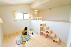 ステップフロアのある和モダンな平屋 | お客様の声 | 岡崎工務店|富山で自然素材の木の家、注文住宅を建てる工務店 ステップフロアの床下部分を下のフロアの吹き抜けとして活用。そして、ステップフロア床下部壁側を窓として活用すれば住宅地でも採光量が確保出来るかもしれない。