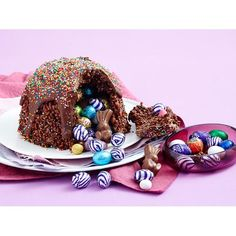 Easter egg hunt smash cake recipe - By Woman& Day, Surprise your family this festive season with this incredible cake, filled with chocolatey Easter eggs that can be revealed when you & the top. Chocolate Ganache Tart, Chocolate Caramels, Chocolate Recipes, Easter Bunny Cupcakes, Easter Treats, Smash Cake Recipes, Cake Smash, Dessert Parfait, Chocolate Easter Bunny