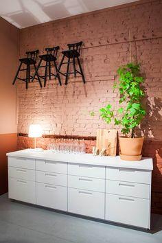 Produkter: METOD kjøkken med MÄRSTA fronter, AGAM junior stol, SINNERLIG flaske, VARV bordlampe med trådløs lading, PROPPMÄTT skjærefjøl. Foto: Tor Lie
