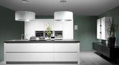 Wildhagen | hoogglans greeploze keuken  met Pitt Cooking onder een lamp-afzuigkap van Wave. www.wildhagen.nl #designkeuken