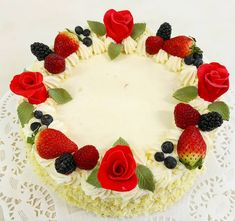 dva druhy krému mascarpone v jemném dortovém korpusu, doplněném ovocem Birthday Cake, Desserts, Food, Mascarpone, Tailgate Desserts, Deserts, Birthday Cakes, Essen, Postres