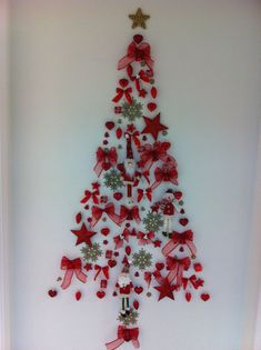 Wall Christmas Tree Ideas that you can Make in No time - Ethinify Cardboard Christmas Tree, Wall Christmas Tree, Creative Christmas Trees, Silver Christmas Tree, Christmas Tree With Gifts, Christmas Paper Crafts, Christmas Diy, Wallpaper Natal, Christmas Candle Decorations