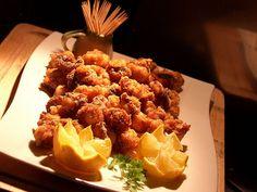Poulpe Frit-Pulpito Frito (pour 5 personnes) Ingrédients: 1 poulpe de 1,5 à 2 kg 1 tasse de farine 1 casserole d'huile de friture végétale 1 ou 2 citrons Des cure-dents ou des petits pics Préparation: Commencer par bien sécher le poulpe avec un papier...