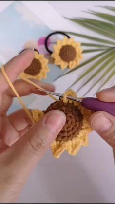 Crochet Leaf Patterns, Crochet Motif, Crochet Designs, Knit Crochet, Crochet Dolls, Crochet Sunflower, Crochet Leaves, Crochet Flowers, Crochet Crafts