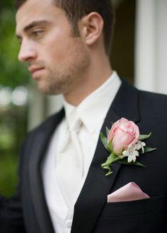 ブートニアのカラーと合わせて <結婚式ポケットチーフコーデ参考>
