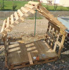Cabane Enfant ou Abris chien – Recyclage et Création Cheap hut with wood pallets. Full explanation on this site, especially … Cubby Houses, Dog Houses, Play Houses, Outdoor Play, Outdoor Spaces, Outdoor Decor, Pallet Kids, Pallet Playhouse, Pallet House